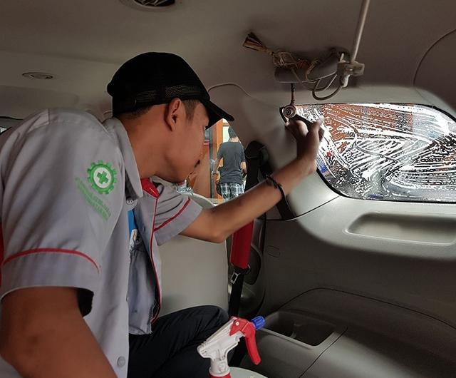 Proses Pembersihan sisa lem di Kaca mobil chevrolet spin