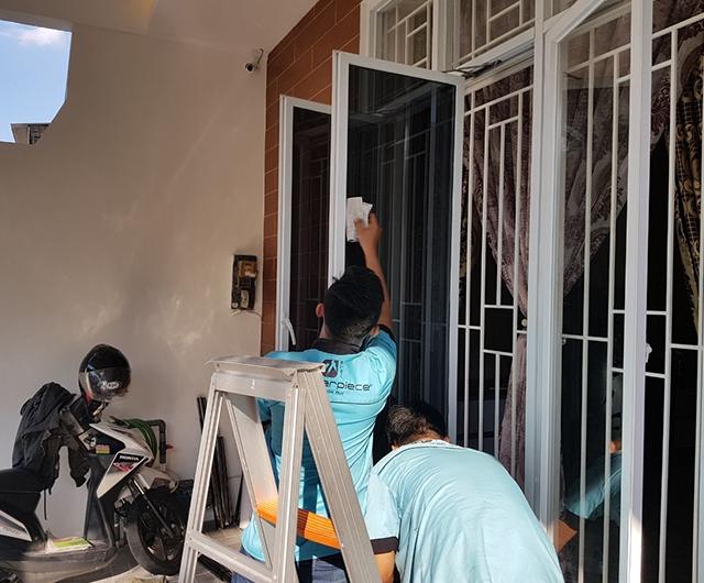 Proses Pemasangan Kaca Film Rumah