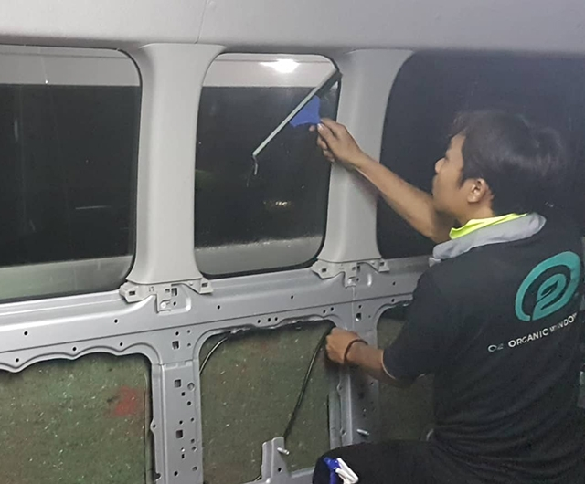 Proses Pembersihan Kaca Sebelum pemasangan kaca film pada mobil HiAce