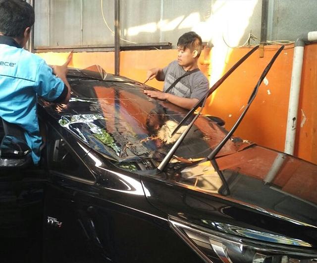Proses Pemanasan Kaca Film sebelum terpasang di mobil All New Innova
