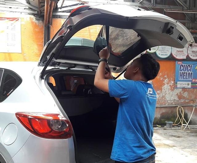 Proses Pencabutan Kaca Film Lama di Mazda CX5
