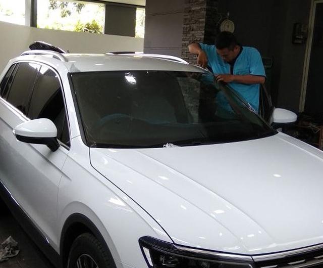 Proses Pemanasan Kaca Film sebelum terpasang di VW Tiguan