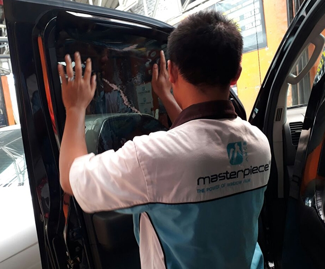 Proses Pemasangan Kaca Film Renzu 15 Mobil Nissan Navara