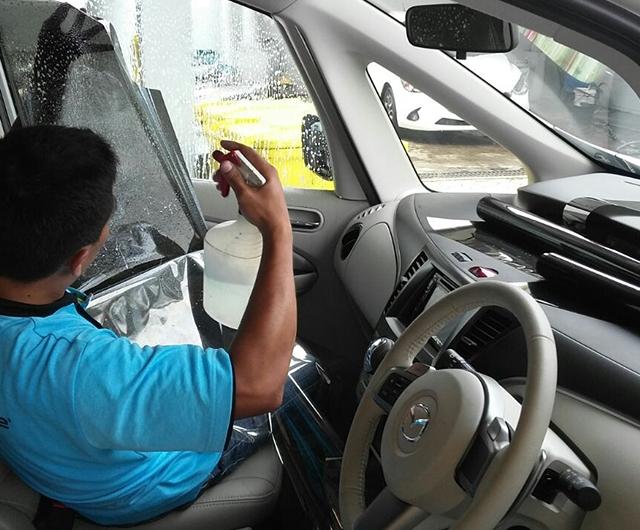 Proses Pemasangan Kaca Film Renzu Mint 15 70% Mobil Mazda Biante